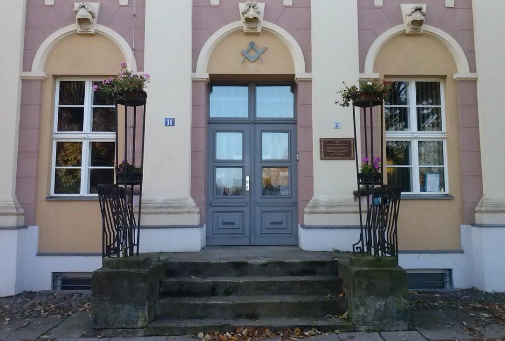 Eingang zum Logenhaus